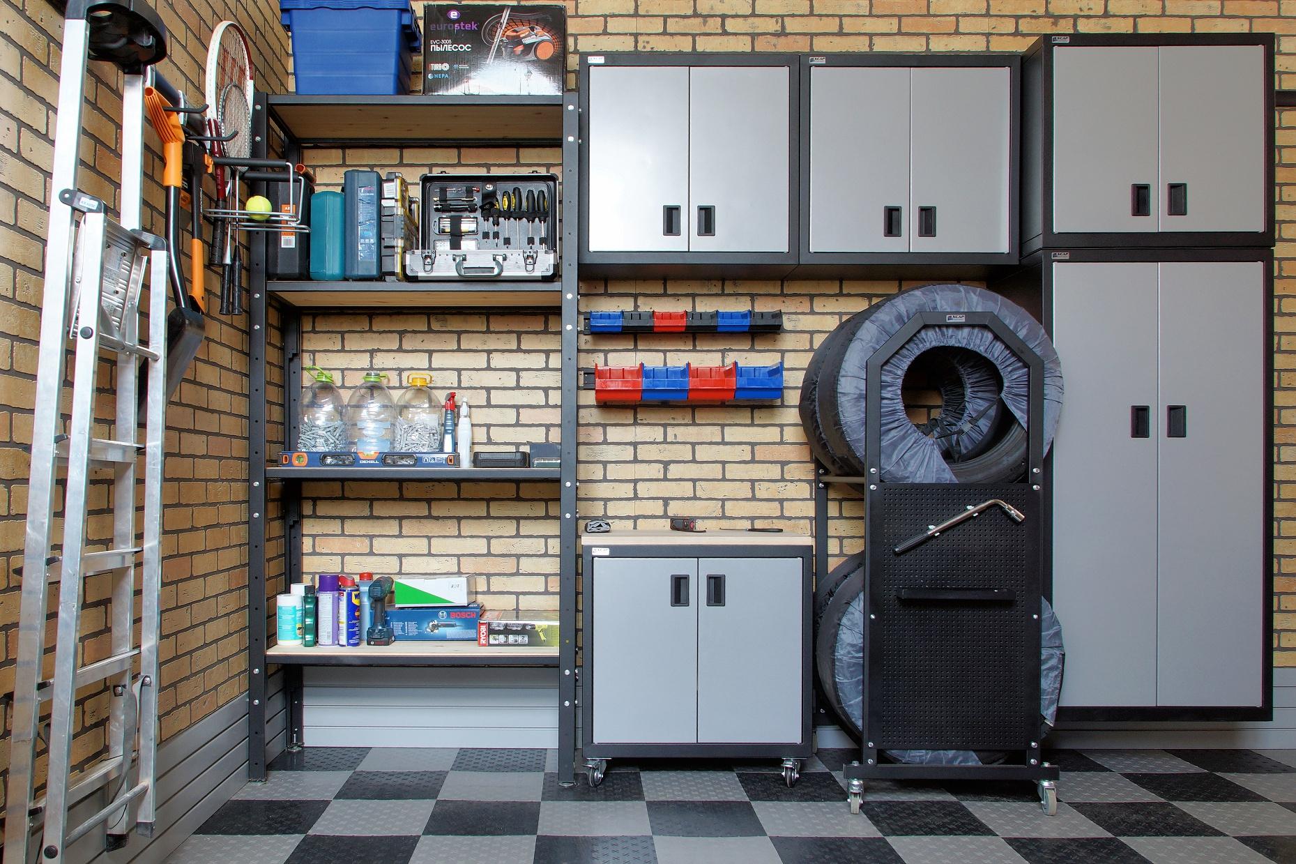 Металлические шкафы и стеллаж